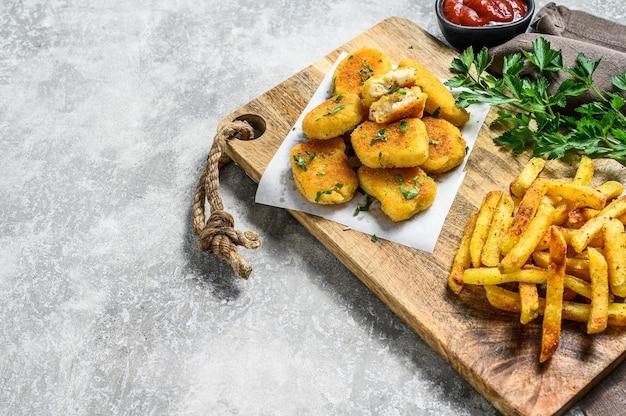 Knapperige zelfgemaakte gebakken kipnuggets