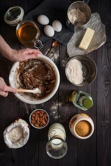 Kneeddeeg voor het bakken tussen de ingrediënten