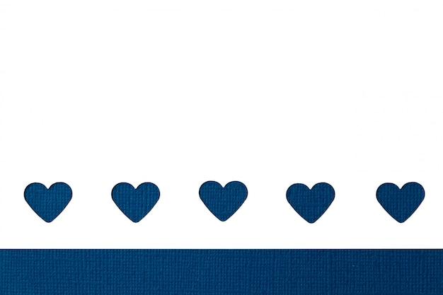 Knip de decoratie van papieren harten uit. sainte valentine, moederdag, verjaardagswenskaarten, uitnodiging, vieringsconcept.