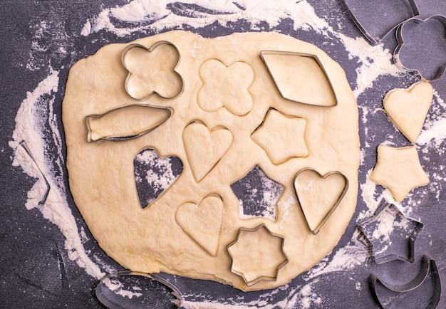 Knip uit de deegvorm voor het bakken van koekjes