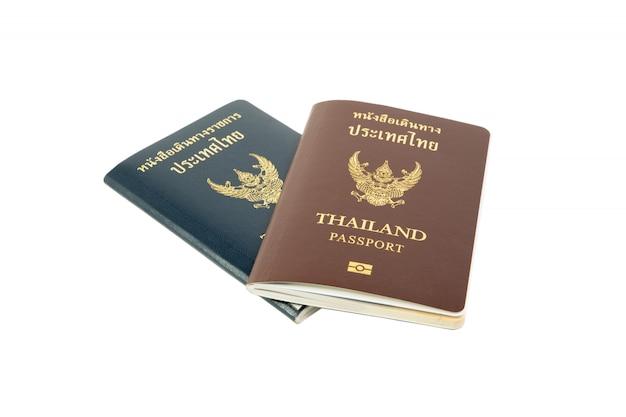 Knippende wegpaspoort van thailand en officiële passsport die op witte achtergrond wordt geïsoleerd.
