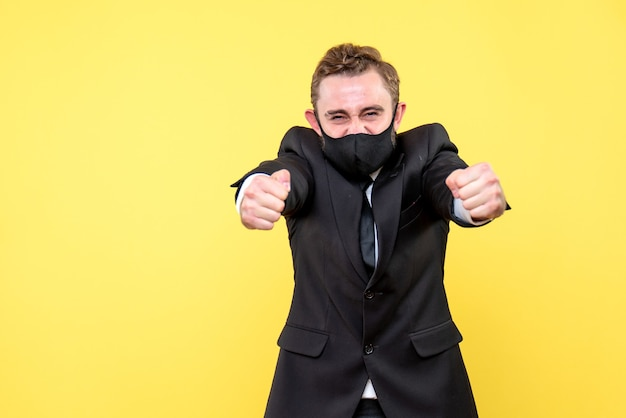 Knipsel van overwerkte en beklemtoonde zakenman die zich op geel bevindt