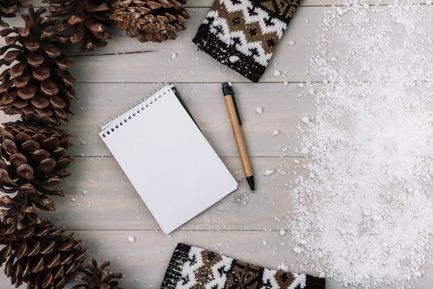 Knipsels, kleding, blocnote en sneeuw