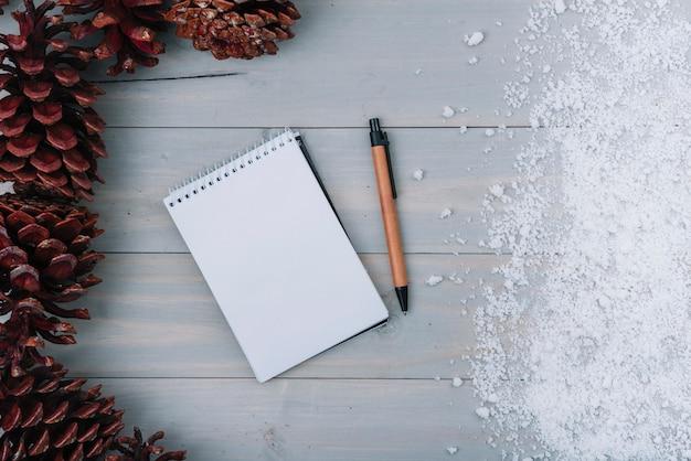 Knipsels, notebook en sneeuw
