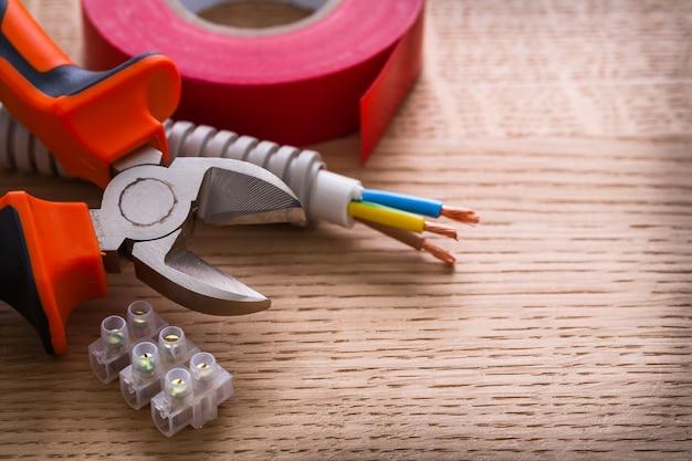 Kniptang isolatietape en klemmenblokken voor elektrische kabels