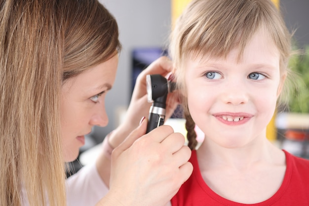 Kno-arts voert medisch onderzoek uit naar ooraandoeningen bij kleine meisjes in de kindertijd