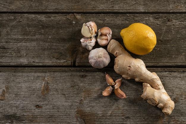 Knoflook, citroen, gember, folk remedies voor de verkoudheid op een houten achtergrond