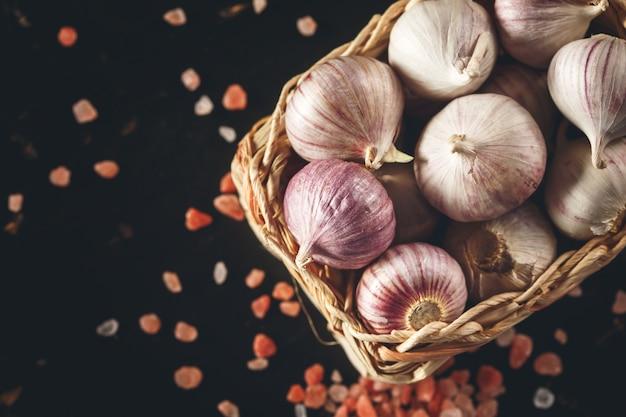Knoflook dichte omhooggaand met roze himalayazout
