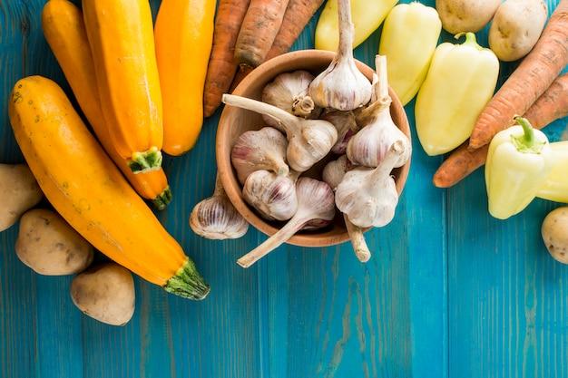 Knoflook en groenten op tafel