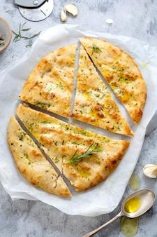 Knoflook foccacia brood. vers gebakken plat knoflookbrood met olijfolie en kruiden.