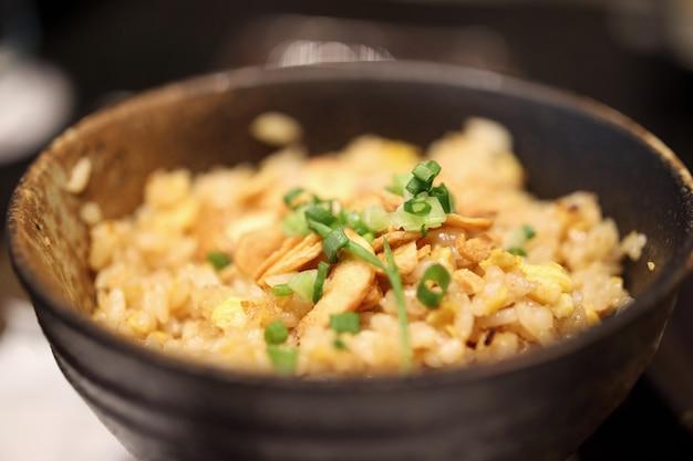 Knoflook gebakken rijst in kom close-up