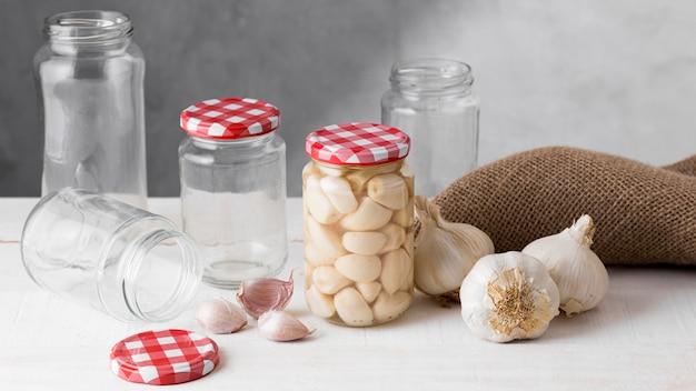 Knoflook geconserveerd in glazen potten