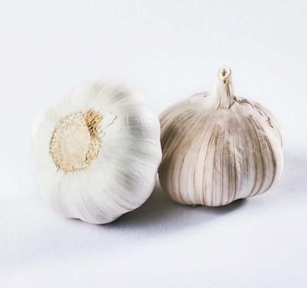 Knoflook geïsoleerd op een witte. heerlijke kruiden