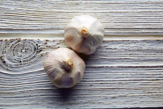 Knoflook paar twee garlics op wit hout