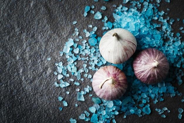 Knoflookhandschoenen in verspreid blauw zout