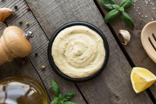 Knoflookroomsaus maken of kaassaus koken.