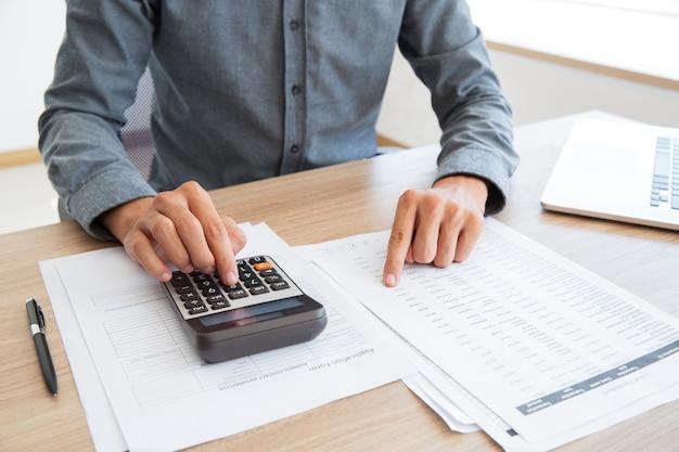 Knop boekhouder berekening van witte calculator