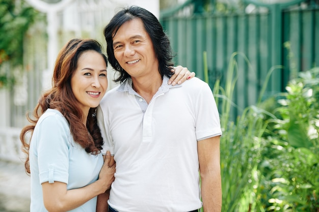 Knuffelend echtpaar van middelbare leeftijd