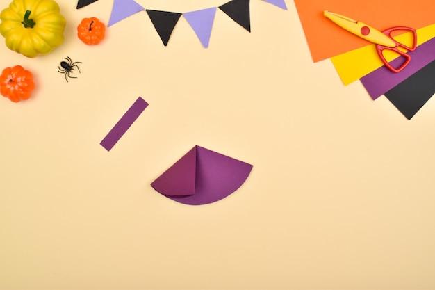 Knutsel voor kinderen gemaakt van papier. een zelfgemaakte heks. doe het zelf.