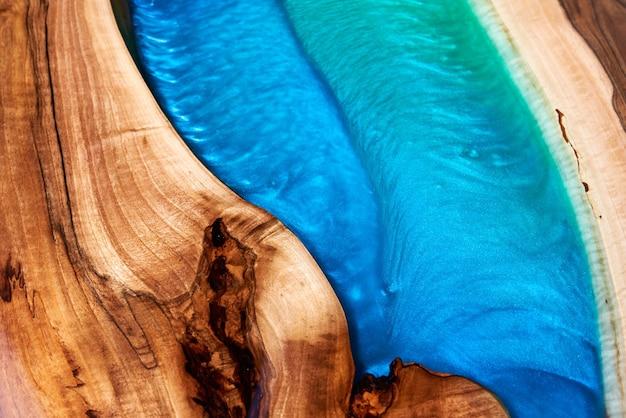 Knutseltafel gemaakt van hout en epoxyhars.