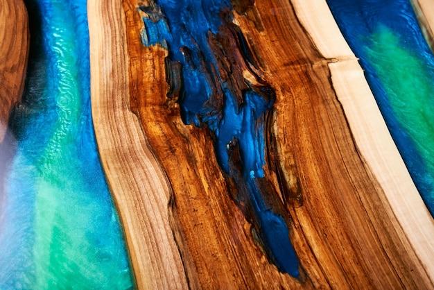 Knutseltafel gemaakt van hout en epoxyhars. Premium Foto