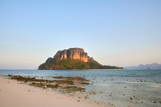 Ko poda, krabi, thailand, in de ochtend