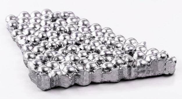 Kobalterts, een metallisch chemisch element dat verwant is aan ijzer en nikkel. gebruikt in de industrie. om stoffen te maken die legeringen worden genoemd.