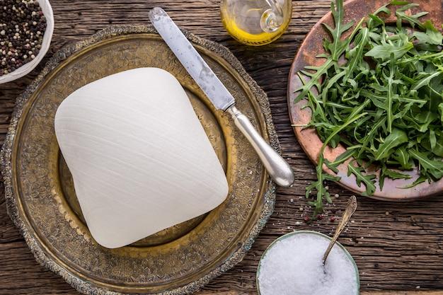 Koe cees. verse witte koekaas met slasalade radijs zout peper en olijfolie.