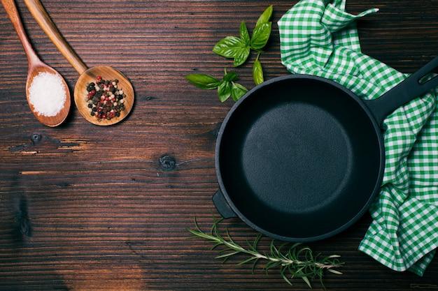 Koekenpan en kruiden