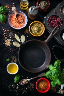 Koekenpan leeg en diverse specerijen