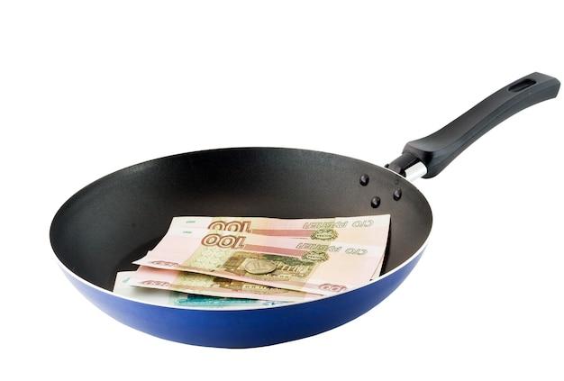 Koekenpan met de russische roebels. gebakken geld. bovenaanzicht. geïsoleerd