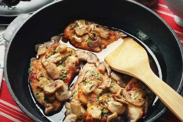 Koekenpan met heerlijke kip marsala, close-up