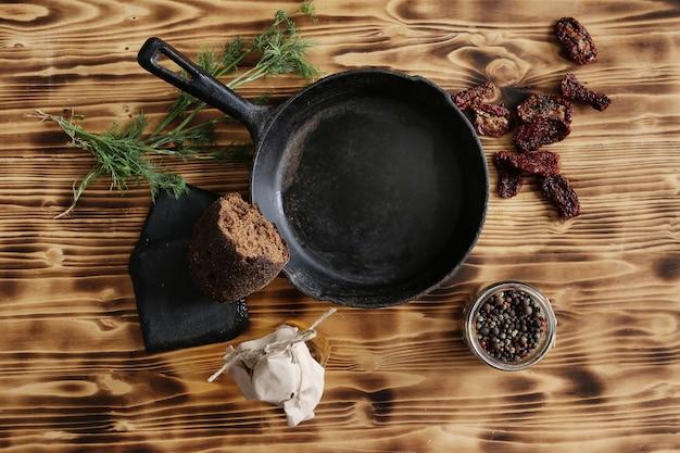 Koekenpan met ingrediënten
