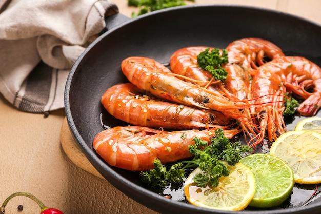Koekenpan met lekkere garnalen op tafel