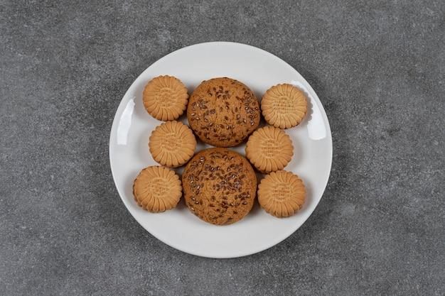 Koekje en koekje op de plaat op het marmeren oppervlak