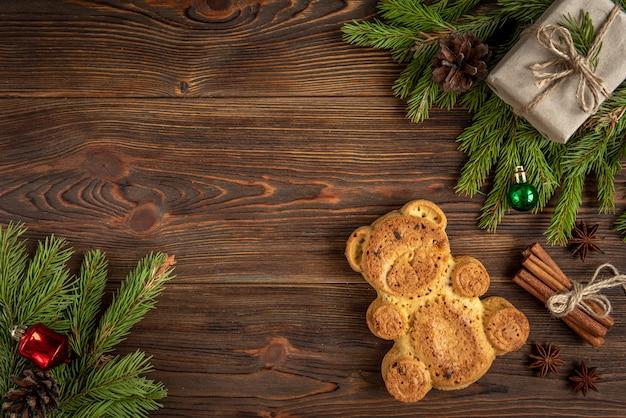 Koekje in de vorm van een beer op hout met kerstballen