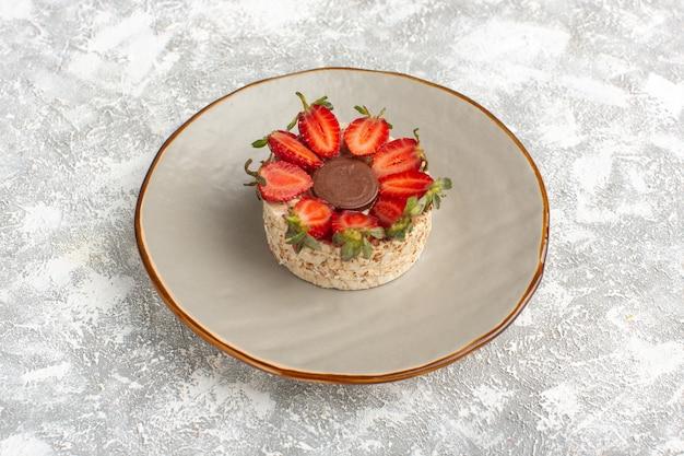 Koekje met aardbeien en ronde chocolade in plaat