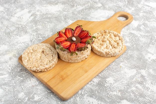 Koekje met aardbeien met een paar gewone crackers