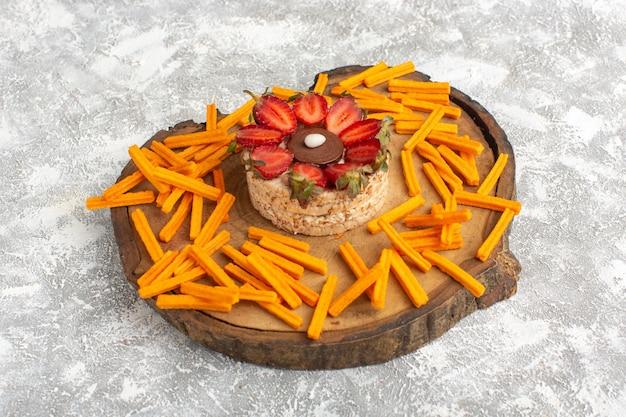 Koekje met aardbeien met oranje beschuit