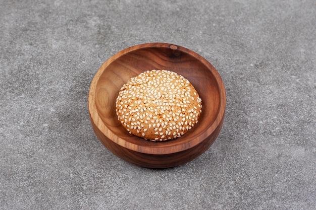 Koekje met sesamzaadjes op houten plaat