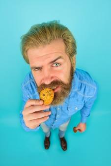 Koekje ontbijt of lunch zoete koekjes bakkerij koekje zoete snack man eet koekje zelfgemaakte koekjes