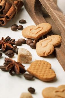 Koekjes als harten met koffiebonen en kruiden