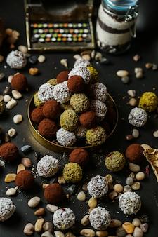 Koekjes bedekt met kokoschips en gebakken noten