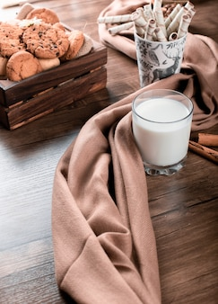 Koekjes dienblad met een glas melk