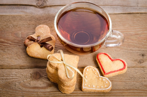Koekjes en een kopje thee op houten