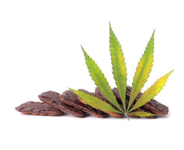 Koekjes en groene cannabisbladeren. koekjes met marihuana-extract