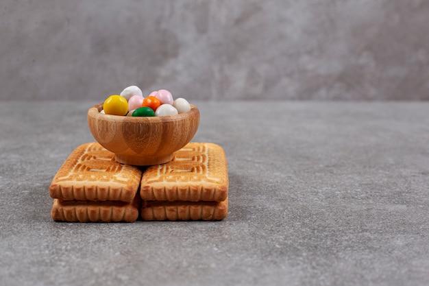 Koekjes en kleurrijke snoepjes op marmeren oppervlak