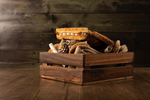 Koekjes en koekjes in een houten dienblad