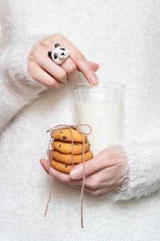 Koekjes en melk in de handen