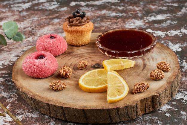 Koekjes en noten op een houten bord.